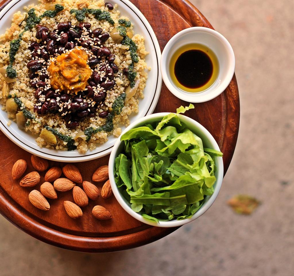 Quinoa con fagioli neri e crema di zucca + mandorle germogliate & salsisan di prezzemolo... #yum
